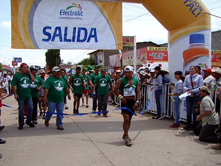 Miguel Lara y Beatriz Mendez ganan el Ultramaratón de los Cañones 2013 en Guachochi