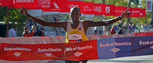 Kimetto rompe récord para ganar el Maratón de Chicago 2013, Jeptoo gana la carrera femenil