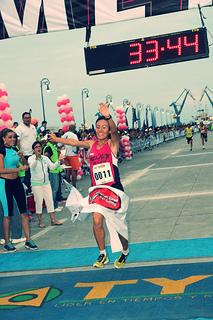 Brenda Flores y Peter Lemayian ganan la Gran Carrera del Golfo 10K