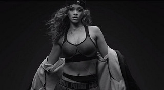 Rihanna entrena para el escenario (video)