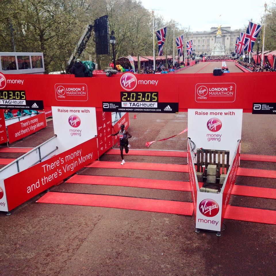 Kipchoge gana el Maratón de Londres con el segundo mejor tiempo de la historia