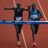Mnangat y Kemboli llegan juntos a la meta en el Maratón de la Ciudad de México (Resultados)