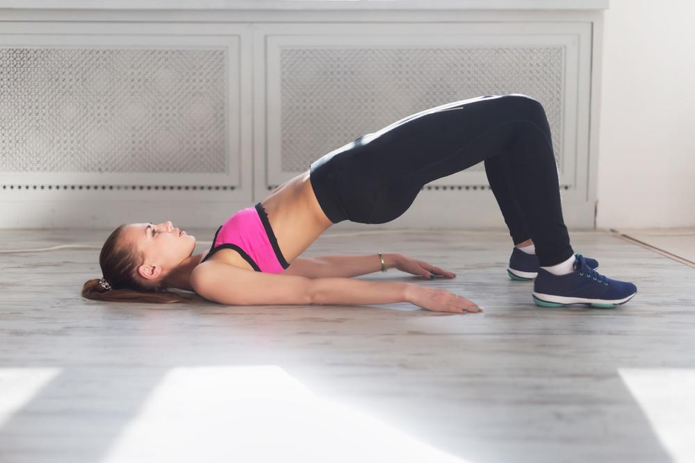 medio puente arco ejercicios peso libre